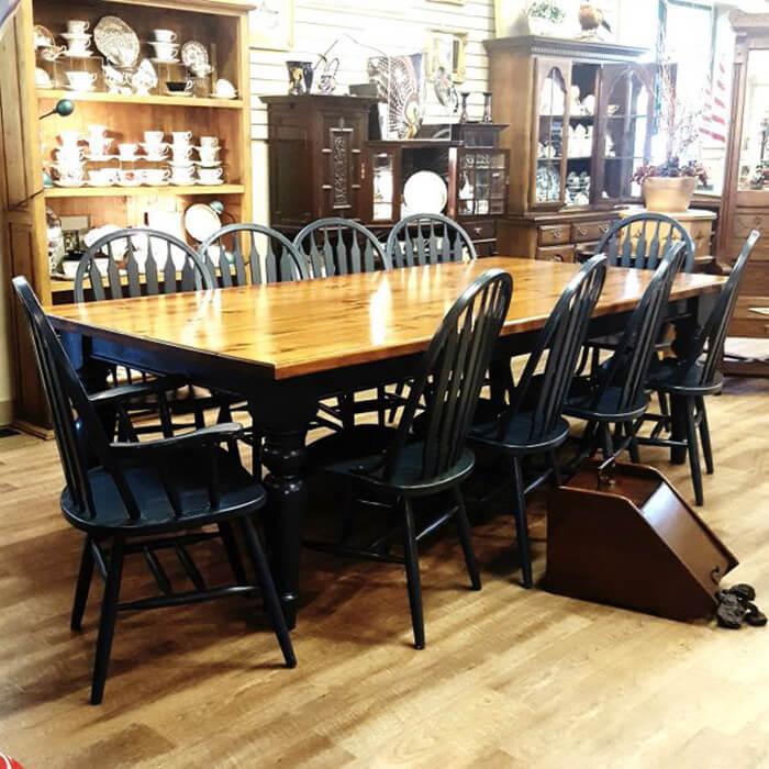 Bàn làm từ chất liệu gỗ có 10 ghế